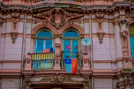 Photo pour VALPARAISO, CHILE - SEPTEMBER, 15, 2018: Outdoor view of carved facade of a rose building located in Valparaiso dowtown - image libre de droit
