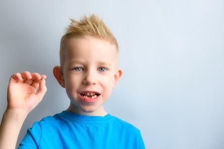 Foto de Baby with milk tooth in hands - Imagen libre de derechos