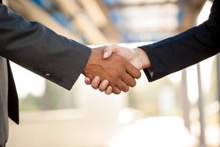 Photo pour hand business men and women who shaking hands - image libre de droit