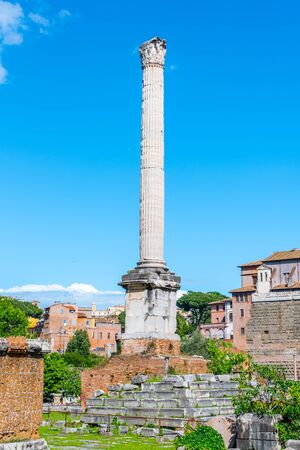 Foto per Column of Phocas in Roman Forum archeological site, Rome, Italy. - Immagine Royalty Free