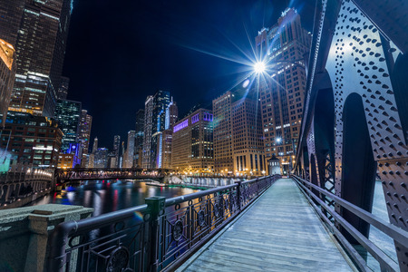 Foto per Chicago downtown  illuminated view by the river at night from the bridge - Immagine Royalty Free
