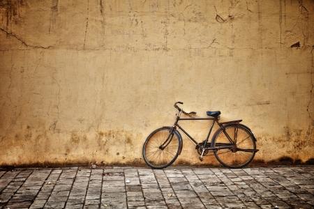 Foto de Old rusty vintage bicycle near the concrete wall - Imagen libre de derechos