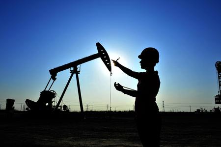 Foto de The oil workers at work - Imagen libre de derechos