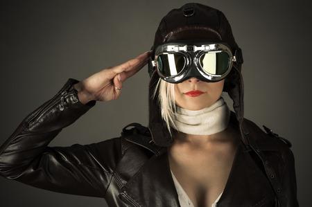 Photo pour woman pilot saluting - image libre de droit