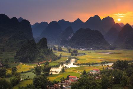 Photo pour Magical sunset on the area near mountain Phong Nam, Cao Bang province, Vietnam - image libre de droit