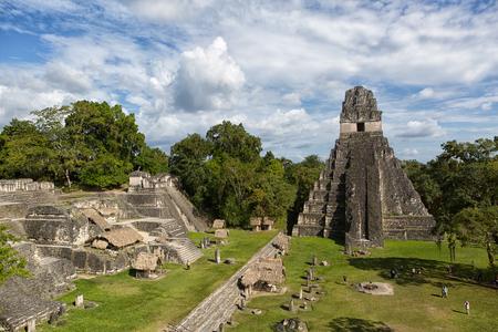 Foto de TIkal, Guatemala: Temple of the Jaguar also known as temple one at the main plaza of Tikal national park - Imagen libre de derechos