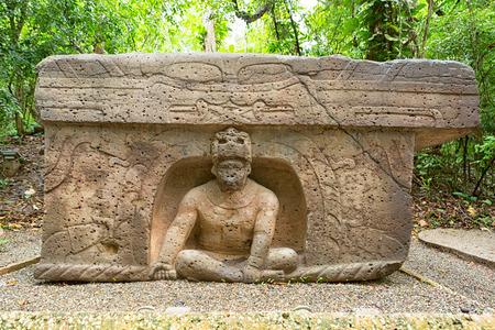 Photo pour pre-hispanic olmec stone altar in the La Venta archeological park in Villahermosa Mexico - image libre de droit