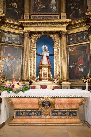 Photo pour detail of baroque style altar, from seventeenth century, indoor of church parish of Our Lady of the Mantle, from sixteenth century, in Riaza, Segovia, Castile, Spain, Europe - image libre de droit