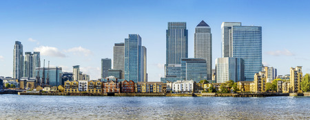 Photo pour Canary Wharf view from Greenwich. This view includes: Credit Suisse, Morgan Stanley, HSBC Group Head Office, Canary Wharf Tower, Citigroup Centre, One Churchill PlaceBarclays and Riverside apartment. - image libre de droit