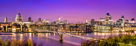 Foto de London Panorama:  St. Paul's Cathedral, Millennium Bridge and  the Financial District at twilight. - Imagen libre de derechos