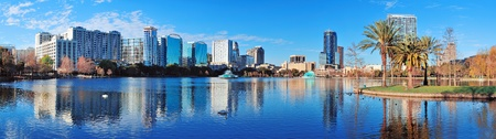 Foto de Orlando Lake Eola in the morning with urban skyscrapers and clear blue sky. - Imagen libre de derechos