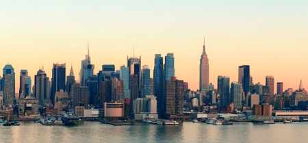 Photo pour New York City midtown Manhattan sunset skyline panorama view over Hudson River - image libre de droit