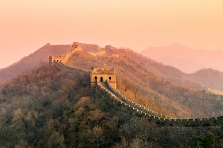 Foto de Great Wall sunset over mountains in Beijing, China. - Imagen libre de derechos
