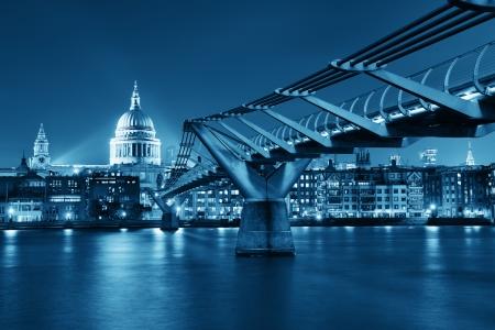 Photo pour Millennium Bridge and St Pauls Cathedral at night in London - image libre de droit