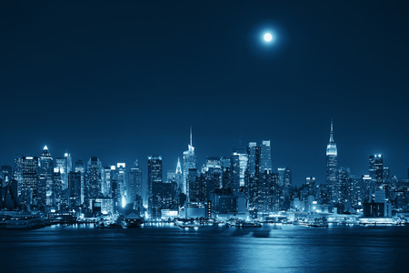 Photo pour Moon rise over midtown Manhattan with city skyline at night - image libre de droit