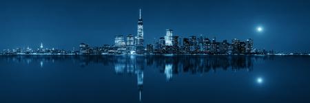 Foto de New York City at night with urban architectures reflections - Imagen libre de derechos