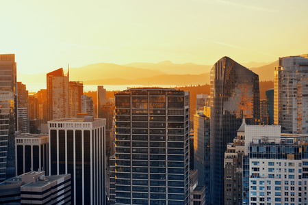 Foto de Vancouver rooftop view with urban architectures at sunset. - Imagen libre de derechos