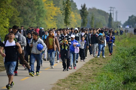 Photo pour October 6,2015; Hegyeshalom in Hungary. Group of refugees leaving Hungary. They came to Hegyeshalom by train and then they leaving Hungary and go to Austria and then to Germany. Many of them escapes from home because of civil war. - image libre de droit