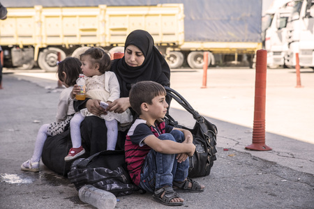 Foto de Syrian refugees (mainly from Aleppo and Idlib) entering Turkey in Kilis. Most of them will live in refugee camp. September 8, 2017; Kilis, Turkey. - Imagen libre de derechos