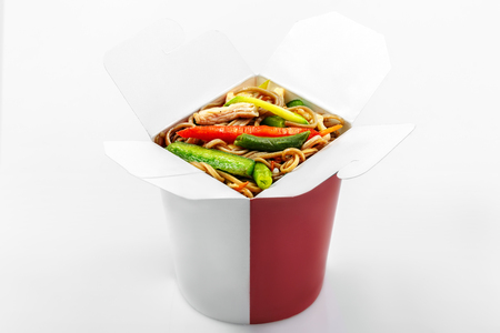 Photo pour Chinese buckwheat noodles wok vegetables and chicken in box white background - image libre de droit