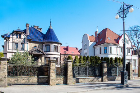 Photo pour beautiful new residential mansion outdoor on sunny day - image libre de droit