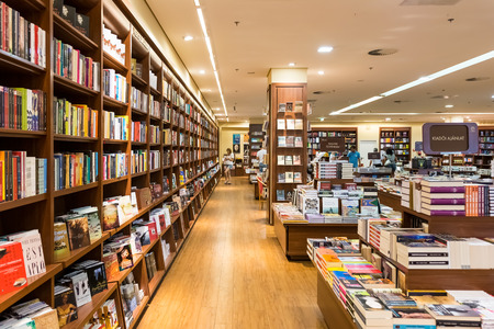 Photo pour DEBRECEN, HUNGARY - AUGUST 23, 2014: Famous International Books For Sale In Libri Book Store, one of the largest retail bookseller in Hungary. - image libre de droit