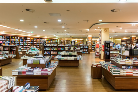 Foto de DEBRECEN, HUNGARY - AUGUST 23, 2014: Famous International Books For Sale In Libri Book Store, one of the largest retail bookseller in Hungary. - Imagen libre de derechos