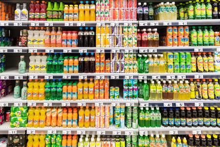 Foto de BUCHAREST, ROMANIA - FEBRUARY 28, 2015: Soda Drinks On Supermarket Stand. - Imagen libre de derechos