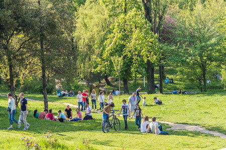Photo pour BUCHAREST ROMANIA  MAY 08 2015: People Having Picnic And Playing Games In Carol Public Park On Spring Day. - image libre de droit