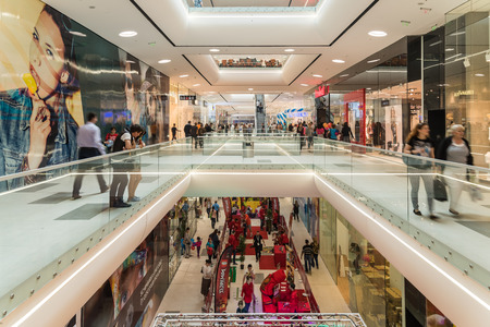 Foto de BUCHAREST ROMANIA  JUNE 06 2015: Shoppers Rush In Luxury Shopping Mall Interior. - Imagen libre de derechos