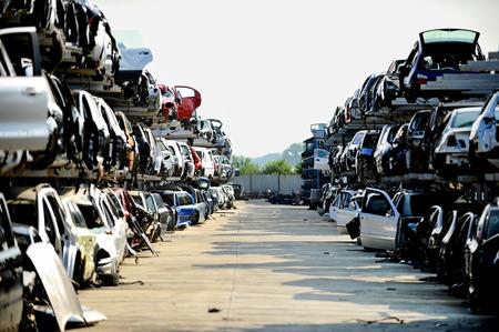 Foto de Wrecked vehicles are seen in a car junkyard - Imagen libre de derechos