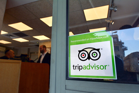 Photo pour JERUSALEM - MAR 24 2015:Trip advisor sticker on restaurant window in Jerusalem, Israel.TripAdvisor is the most trusted travel website provide over 200M  traveler reviews on destinations and business. - image libre de droit