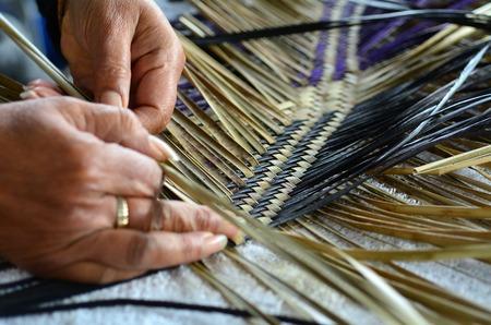 Foto de Hands of an old Maori woman weaving a traditional Maori woven artwork. - Imagen libre de derechos