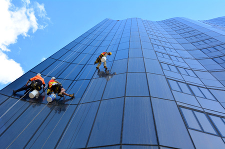 Photo pour MELBOURNE - APR 14, 2014:Window cleaners works on high rise building.Window cleaning is considered one of the most dangerous job in the world.Several window cleaners die each year and many are injured - image libre de droit