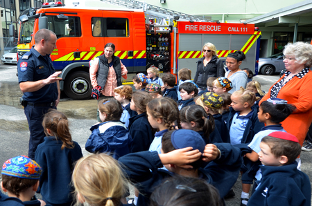Photo pour AUCKLAND  - OCT 27 2015:Fire Safety Education day in Auckland City Fire Station, New Zealand.Each year over 20,000 fires are attended by New Zealand Fire Service, including nearly 5,000 house fires. - image libre de droit