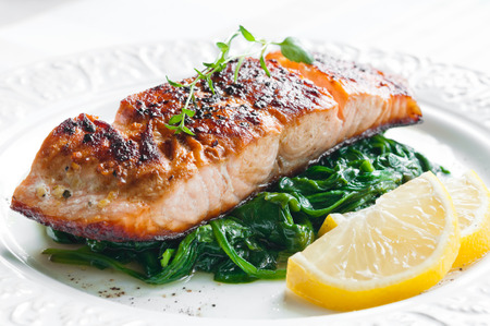 Photo pour Grilled salmon with spinach, lemon and thyme - image libre de droit