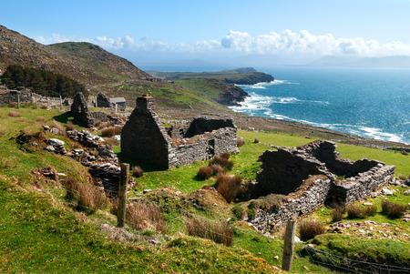 Photo pour Ruins of historical ancient cottage in Dingle, County Kerry, Ireland - image libre de droit