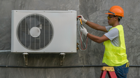 Photo pour Technician is checking outdoor air conditioner unit - image libre de droit