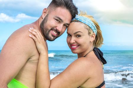 Foto de Portrait of a couple on the beach. - Imagen libre de derechos