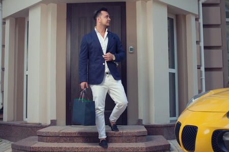 Photo pour Rich man leaving house - image libre de droit