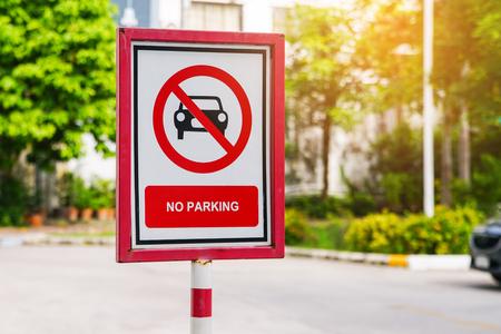 Foto de old no parking sign board with blurred background - Imagen libre de derechos