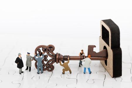 Photo pour miniature people teamwork helps to unlock the keys. Business team concept.  - image libre de droit