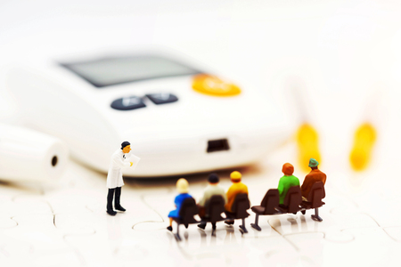 Foto per Miniature people: Doctors standing with glucose meter of diabetes  and injection needle , business and health care concept. - Immagine Royalty Free