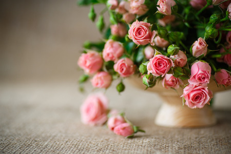 Foto de beautiful bouquet of pink roses on an old table of burlap - Imagen libre de derechos
