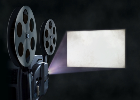 Foto de Movie projector and blank screen - Imagen libre de derechos
