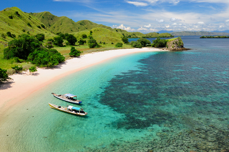 Foto de Beautiful Pink beach, one of the most beautful on tha World with pink sand and turquoise water in the national park on Komodo. Indonesia - Imagen libre de derechos