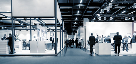 Foto de Blurred business people trade fair stands - Imagen libre de derechos