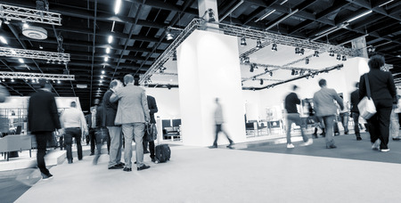 Foto de Blurred businesspeople International Tradeshow - Imagen libre de derechos