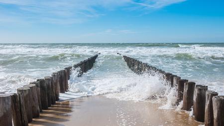 Foto de oceanview with breakwater and waves - Imagen libre de derechos