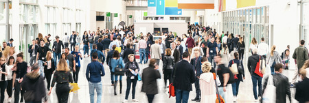 Foto de large crowd of anonymous blurred people at a trade fair - Imagen libre de derechos
